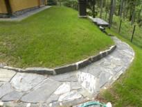 Pot obdelana z kamnom